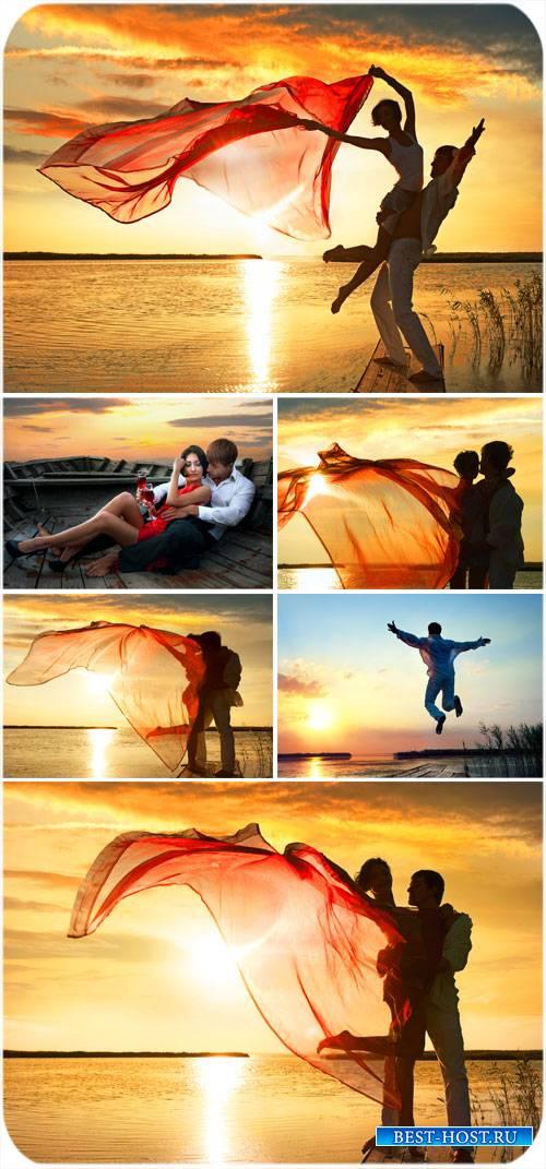 Влюбленная пара на фоне заката - сток фото