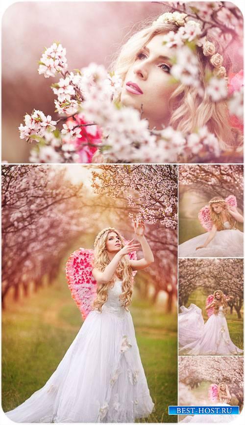 Девушка в цветущем весеннем саду - сток фото
