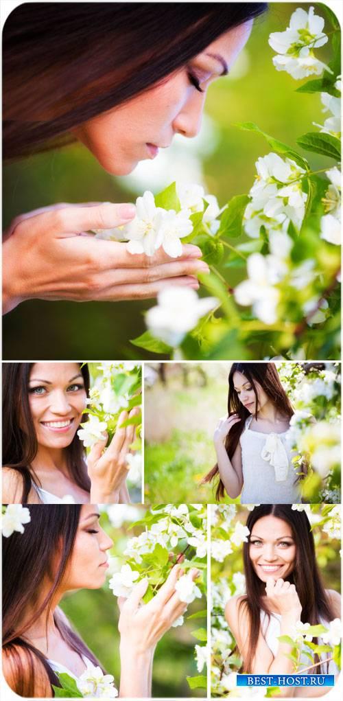Девушка и белые цветы - сток фото