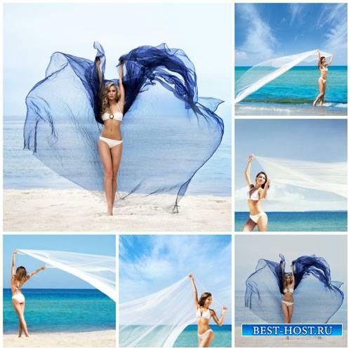 Девушки с прозрачным палантином на берегу моря - сток фото