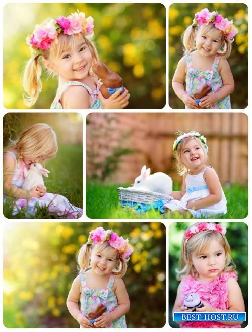 Маленькие дети с пасхальными кроликами / Little children with easter rabbit ...