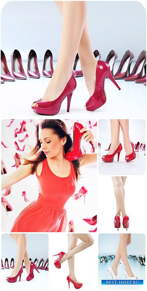 Женские ноги, туфли на высоких каблуках / Female feet, high-heeled shoes, r ...