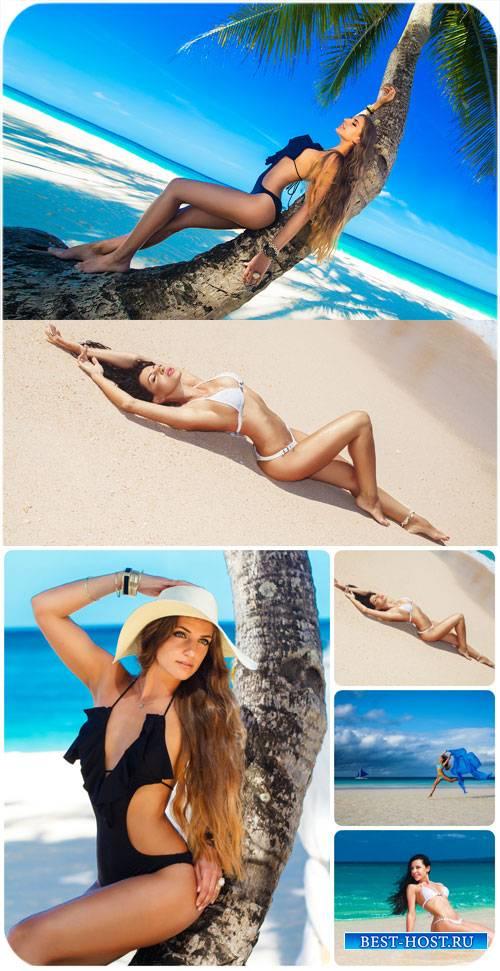 Красивые девушки на морском побережье / Beautiful girl at the seaside