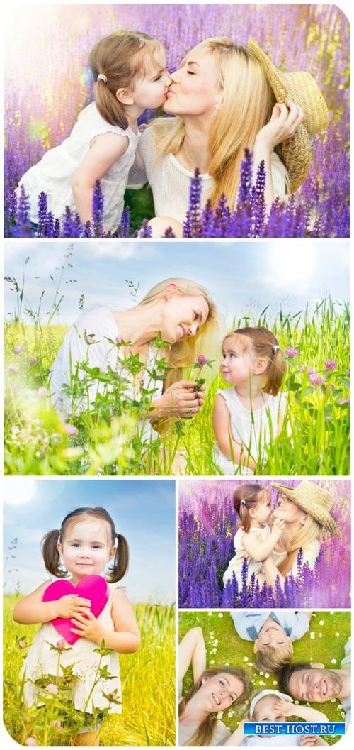 Счастливая семья, отдых на природе / Happy family, outdoor recreation - Sto ...