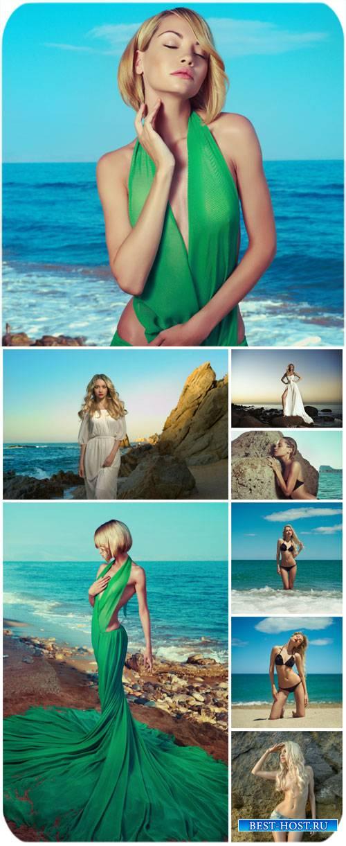 Красивые молодые женщины на берегу моря / Beautiful young woman on the beac ...