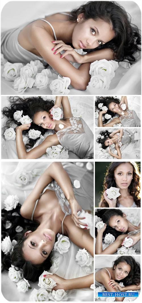 Красивая девушка в белых розах / Beautiful girl in white roses - Stock Phot ...
