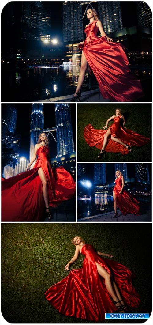 Девушка в красном платье на фоне ночного города / Girl in a red dress on a  ...
