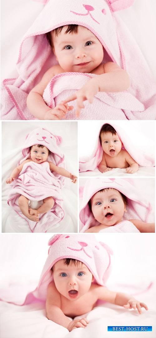 Очаровательный ребенок в розовом покрывале / Charming baby in a pink bedspr ...