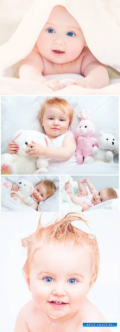 Маленький ребенок с голубыми глазами / Little baby with blue eyes - Stock P ...