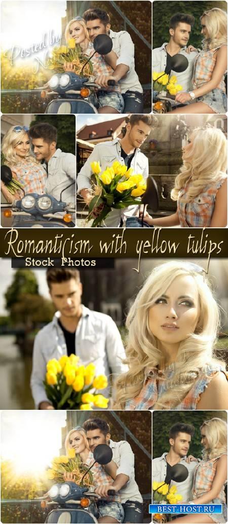 Романтичная пара с желтыми тюльпанами – Stock photo