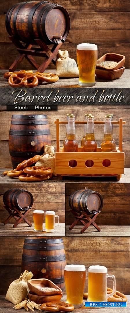 Деревянная бочка для пива и бутылки с кружками