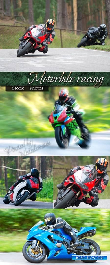 Гоночный мотоцикл на фоне природы