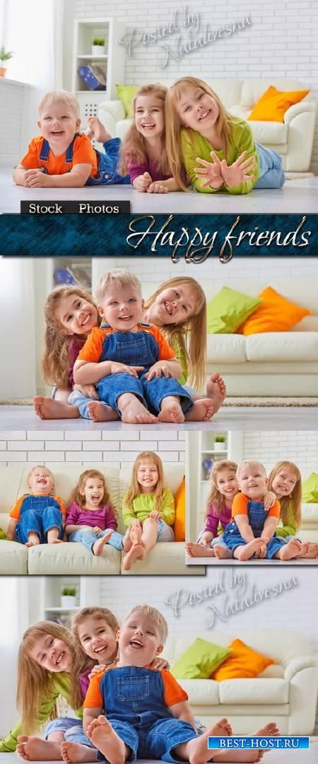 Веселые счастливые друзья и беззаботное детство