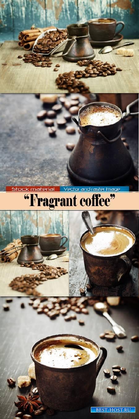 Чашка ароматного кофе и обжаренные зерна