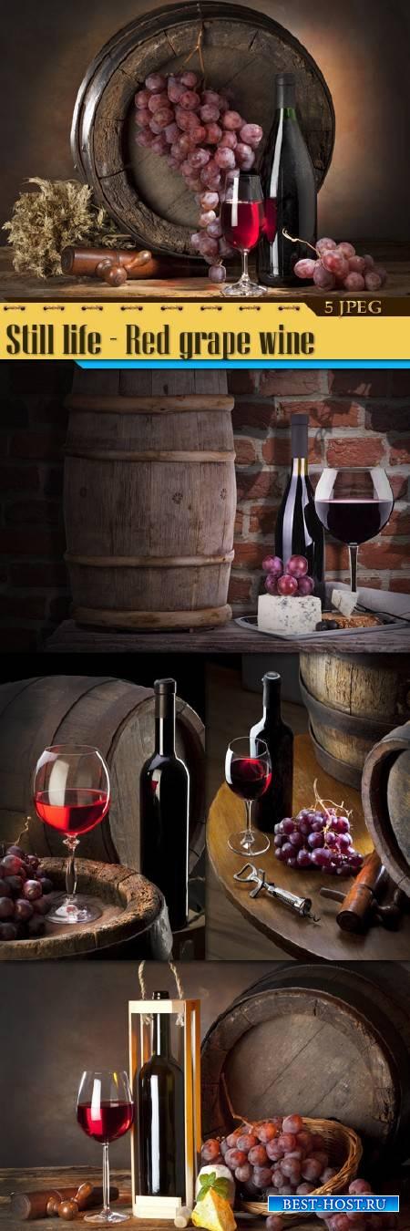 Натюрморт на фоне деревянной бочки – Красное виноградное вино