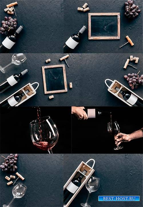 Бутылка с вином, бокалы и виноград - Клипарт