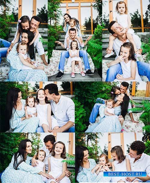 Молодая семья с детьми - Клипарт / A young family with children - Clipart