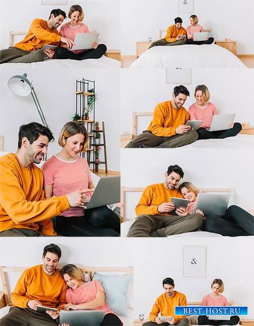 Мужчина и женщина с ноутбуком - Клипарт / Man and woman with laptop - Clipa ...