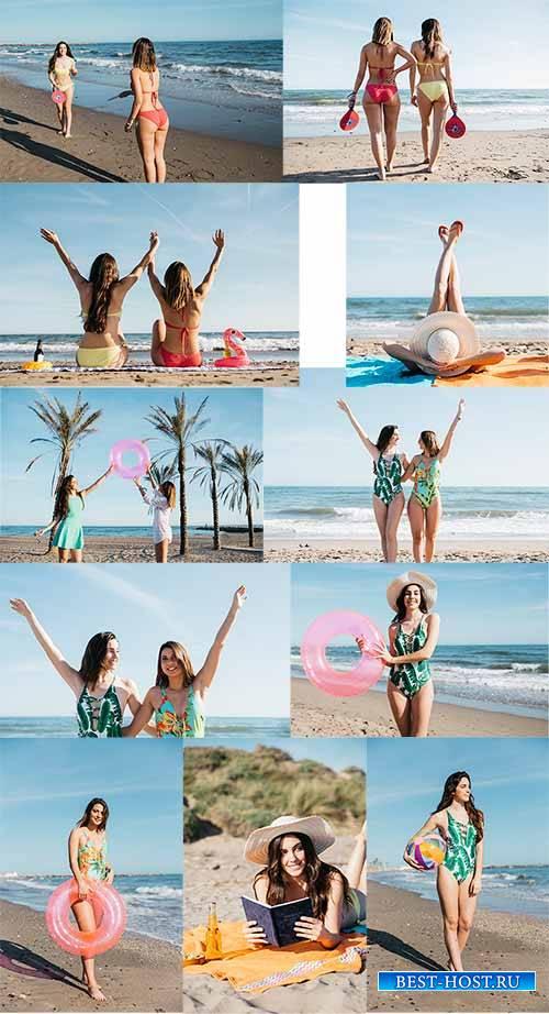 Девушки на пляже - Растровый клипарт / Girls on the beach - Raster clipart