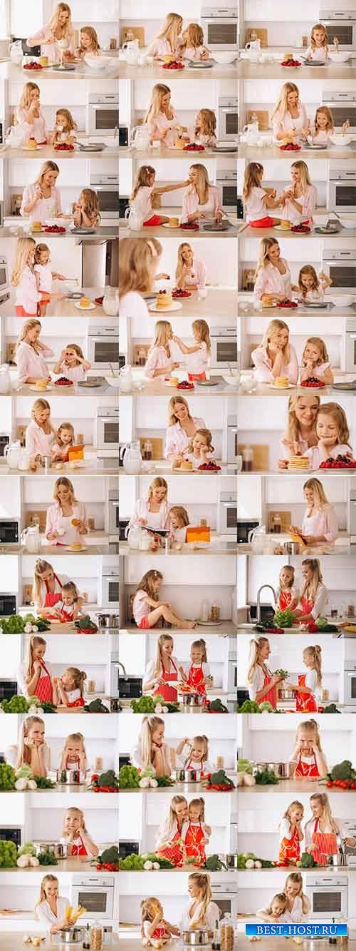 Мать и дочь на кухне - Растровый клипарт / Mother and daughter in the kitch ...