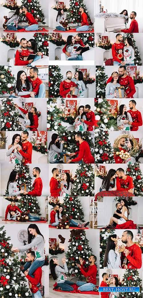 Счастливая пара наряжает ёлку - Клипарт / Happy couple decorates christmas  ...