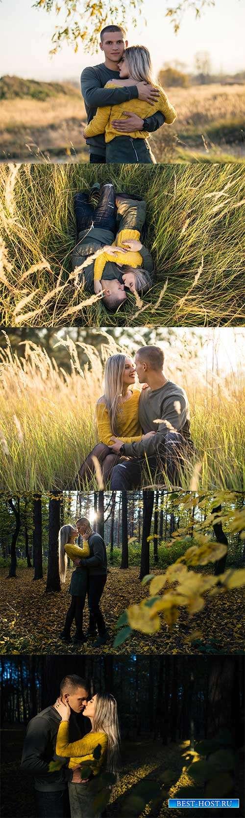 Девушка и юноша в осеннем лесу - Фотоклипарт